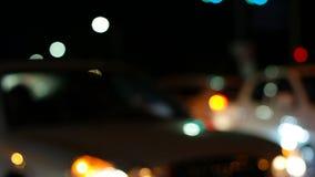 Defocused natttrafikljus, skott i Sydkorea stock video