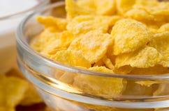 Defocused och suddig bild av en glass kopp med cornflakes Fotografering för Bildbyråer