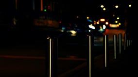 Defocused rörande transport på nattstadsgatan lager videofilmer