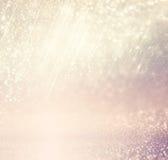 Defocused rosa foto för lila- och guldljusbakgrund royaltyfria bilder