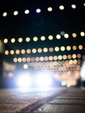 Defocused samochodowy jeżdżenie przez ulicy z boże narodzenie dekoracją fotografia royalty free