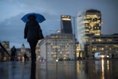 Defocused sikt av London på skymning med konturer av folk Arkivbilder