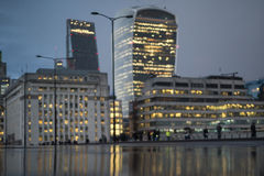 Defocused sikt av staden av London på en regnig natt Arkivbilder