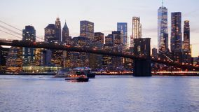 Defocused sikt New York City som är i stadens centrum från Brooklyn lager videofilmer