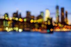 Defocused sikt New York City som är i stadens centrum från Brooklyn Royaltyfri Fotografi