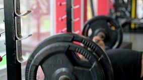 Defocused spier mannelijke atleet die zware barbell, actieve geschiktheidstraining opheffen stock video