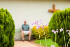 Defocused un hombre se sienta en la reflexión reservada Fotos de archivo libres de regalías