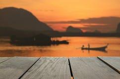 Defocused und Unschärfebild des Terrassenholzes und des schönen Meerblicks lizenzfreies stockfoto