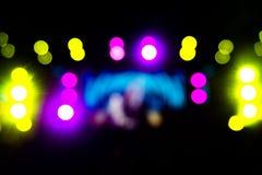 Defocused underhållningkonsertbelysning på etappen, festivalhelgdagsafton royaltyfri foto