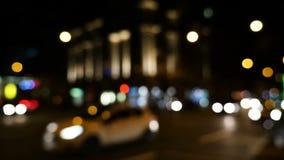 Defocused Verkehr in der Stadt nachts stock footage
