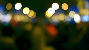 Defocused verzierte Champs-Elyseesstraße und belichteter Triumphbogen auf neues Jahr ` s Vorabend Hintergrund 4K bokeh Video stock footage