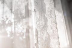 Defocused Vorhangfenstersonnenlicht durch Gittervorhang am Morgen des Frühlingssommers frisch feiertag relax Konzeptidee für Haus lizenzfreie stockbilder