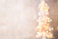 Defocused Weihnachtsbaumschattenbild mit unscharfen Lichtern Lizenzfreies Stockbild