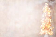 Defocused Weihnachtsbaumschattenbild mit unscharfen Lichtern Lizenzfreie Stockbilder