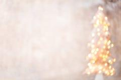 Defocused Weihnachtsbaumschattenbild mit unscharfen Lichtern Stockbild