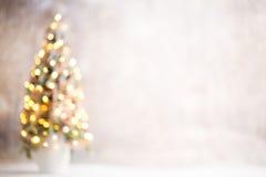 Defocused Weihnachtsbaumschattenbild mit unscharfen Lichtern Stockfotografie