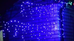 Defocused Weihnachtshaus beleuchtete Girlanden, glänzende Girlande auf Winterdach stock video footage