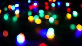 Defocused Weihnachtslichter, die bokeh Effekt erzeugen stock video