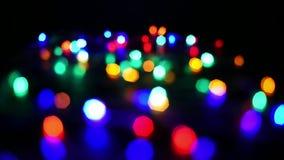 Defocused Weihnachtslichter, die bokeh Effekt erzeugen stock footage