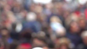 Defocused widok wiele ludzie chodzi na chodniczku zdjęcie wideo