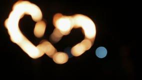Defocused zwei brennende Herzen stock footage