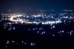 Defocused抽象ChiangMai市夜点燃背景 免版税库存照片