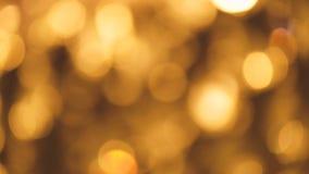 Defocuseddeeltjes die fonkelingen bewegen Abstract onduidelijk beeld met het knipperen bokeh heldere partijlichten Vrolijke Kerst stock videobeelden