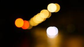 Defocusedlichten, verkeer in de stad bij nacht stock videobeelden