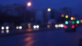 Defocusing disparou do tráfego urbano em uma estrada ocupada filme