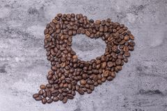 Deformade kaffebönorna är på tabellen Royaltyfri Fotografi