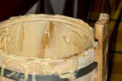 Degäggvätskegrund av efterrätter och kakadelen av matlagningen i en träbunkenärbild arkivfoto