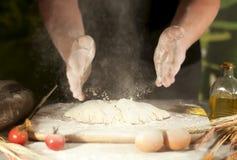 Deg för förberedelse för ingrediens för jäst för ockupation för tomat för kök för kock för smör för bröd för pasta för manbagareh fotografering för bildbyråer