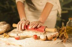 Deg för förberedelse för ingrediens för jäst för ockupation för tomat för kök för smör för bröd för pasta för manbagarehänder hem arkivfoto