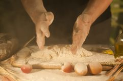 Deg för förberedelse för ingrediens för jäst för ockupation för tomat för kock för smör för bröd för pasta för manbagarehänder he royaltyfria bilder