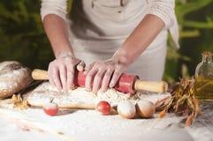 Deg för förberedelse för ingrediens för jäst för ockupation för tomat för kock för smör för pasta för manbagarehänder hemlagad oc royaltyfri bild