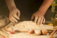 deg för förberedelse för ingrediens för jäst för ockupation för tomat för kock för smör för pasta för manbagarehänder och danande fotografering för bildbyråer