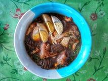 Deg för rismjöl med kokta ägg, tillfogar griskött, kokt höna, grönsaker, grisköttbensoppa eller thailändska risnudlar med en bäst royaltyfri foto
