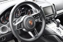 Deggendorf, Alemanha - 23 EM ABRIL DE 2016: interior de um turbocompressor 2016 de Porsche Cayenne SUV durante a apresentação lux foto de stock royalty free
