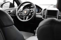 Deggendorf, Alemanha - 23 EM ABRIL DE 2016: interior de um turbocompressor 2016 de Porsche Cayenne SUV durante a apresentação lux imagem de stock royalty free