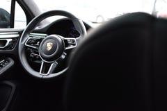 Deggendorf, Alemanha - 23 EM ABRIL DE 2016: interior de um turbocompressor 2016 de Porsche Macan SUV durante a apresentação luxuo foto de stock