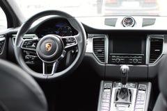 Deggendorf, Alemanha - 23 EM ABRIL DE 2016: interior de um turbocompressor 2016 de Porsche Macan SUV durante a apresentação luxuo fotos de stock