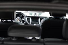 Deggendorf, Deutschland - 23 APRIL 2016: Innenraum von Porsche 2016 Macan Turbo SUV während der Luxusautodarstellung in Deggendor Lizenzfreie Stockbilder