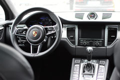 Deggendorf, Deutschland - 23 APRIL 2016: Innenraum von Porsche 2016 Macan Turbo SUV während der Luxusautodarstellung in Deggendor stockfotos