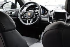 Deggendorf, Niemcy - 23 KWIECIEŃ 2016: wnętrze 2016 Porsche Cayenne Turbo SUV podczas luksusowej samochód prezentaci w Deggendo Obrazy Stock