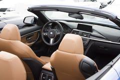 Deggendorf Tyskland - 23 APRIL 2016: inre av en BMW 2016 cabriolet för 4 serie under den lyxiga bilpresentationen i Deggendo royaltyfri foto