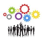 Degli ingranaggi Team Support Concept delle siluette gente di affari Immagini Stock