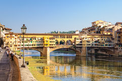 Degli Lungarno Acciaiuoli και το Ponte Vecchio - Φλωρεντία Στοκ Εικόνες