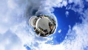 360 degrés de rotation au-dessus de concert musical sur la place de ville clips vidéos