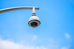 360 degrés de vidéo surveillance sur un poteau, ciel bleu Photographie stock libre de droits