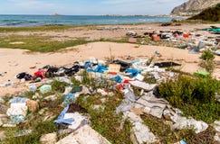 Degradación costera con la playa sucia, los desperdicios y los residuos domésticos contaminando la playa de Capaci en la provinci fotografía de archivo libre de regalías
